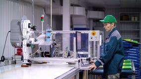 El trabajador del equipo de impresión, ajusta, regula el proceso de impresión proceso de trabajo de los paquetes de la impresión  almacen de metraje de vídeo