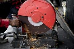 El trabajador del ingeniero de construcción cortó el acero de GR eléctrico industrial Imagenes de archivo