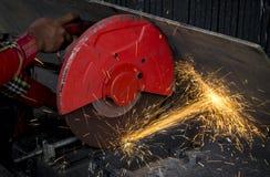 El trabajador del ingeniero de construcción cortó el acero de GR eléctrico industrial Foto de archivo libre de regalías