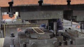 El trabajador del operador está trabajando en la prensa grande en la empresa industrial almacen de metraje de vídeo