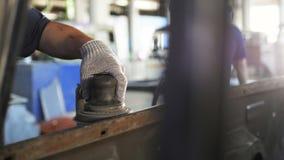El trabajador del primer limpia la caja del camión con la máquina-herramienta especial almacen de video