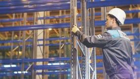 El trabajador del primer mide el grado de desviación del avión vertical metrajes