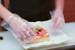 El trabajador del SUBTERRÁNEO prepara el bocadillo del SUBTERRÁNEO Fotos de archivo