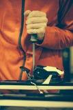 El trabajador del taller de reparaciones del esquí ajusta los atascamientos Foto de archivo