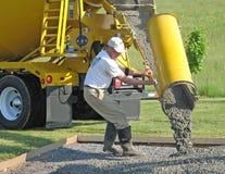 El trabajador dirige el flujo de concreto Imágenes de archivo libres de regalías