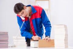 El trabajador en la casa editorial que prepara orden del libro imagenes de archivo