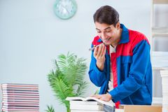 El trabajador en la casa editorial que prepara orden del libro foto de archivo