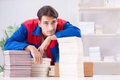 El trabajador en la casa editorial que prepara orden del libro imagen de archivo