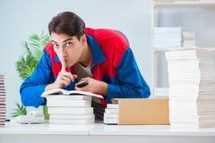El trabajador en la casa editorial que prepara orden del libro foto de archivo libre de regalías