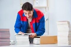 El trabajador en la casa editorial que prepara orden del libro fotos de archivo
