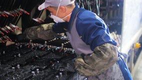 El trabajador en respirador conecta los alambres con los acumuladores para la prueba almacen de metraje de vídeo