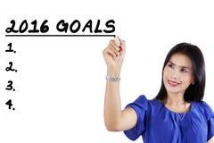 El trabajador escribe las metas de negocio para 2016 Imagen de archivo