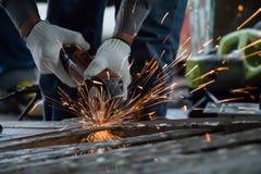El trabajador está cortando el acero foto de archivo