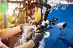 El trabajador está embalando los arneses de un cableado, cadena de producción, flujo de trabajo Industria del automóvil, fabricac foto de archivo libre de regalías