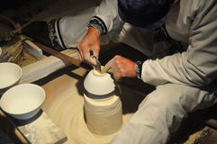 """El trabajador está haciendo que una porcelana rueda - †""""China de la provincia de Jingdezhen - de Jiangxi imagen de archivo libre de regalías"""