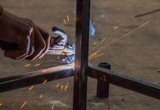 El trabajador está soldando con autógena el acero fotografía de archivo libre de regalías