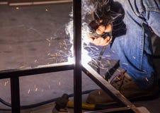 El trabajador está soldando con autógena el acero imagen de archivo libre de regalías