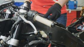 El trabajador fijó el filtro de aire en motocicleta almacen de video