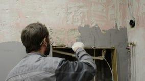 El trabajador hace la enyesado del muro de cemento metrajes