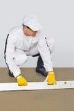 El trabajador hace un huwk del cemento que sella Foto de archivo libre de regalías