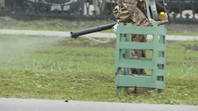 el Trabajador-hombre procesa un parque contra ácaro y parásitos de cosecha Tratamiento sanitario del parque almacen de video