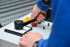 El trabajador incluye un panel de control mecánico de la máquina imagenes de archivo