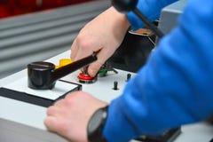 El trabajador incluye un panel de control mecánico de la máquina imágenes de archivo libres de regalías