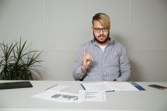 El trabajador joven aprende nuevos documentos Imágenes de archivo libres de regalías