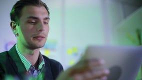 El trabajador joven dice al jefe sobre progreso almacen de video
