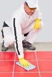 El trabajador limpia las juntas blancas Fotos de archivo