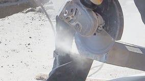 El trabajador maneja la piedra en la calle de la ciudad almacen de metraje de vídeo