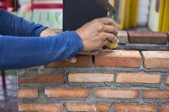 El trabajador masoning el ladrillo imagenes de archivo