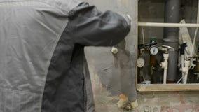 El trabajador pasa la enyesado del muro de cemento metrajes