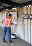 El trabajador pinta la pared de la plataforma elevada del subterráneo fotografía de archivo libre de regalías
