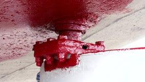 El trabajador pinta el metal del color rojo del propulsor de la nave en el astillero en el puerto de Moscú almacen de video