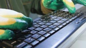 El trabajador pone el teclado en tablones del metal y pulsa teclas almacen de video