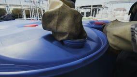 El trabajador pone el top en torsiones del depósito de gasolina usando la herramienta almacen de metraje de vídeo