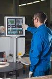 El trabajador presiona los botones del cristal Foto de archivo