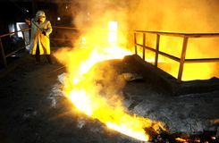 El trabajador procesa el acero líquido Imagen de archivo libre de regalías