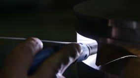 El trabajador profesional muele manualmente la pieza de metal del compresor almacen de metraje de vídeo