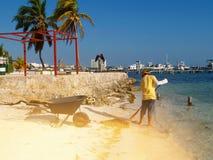 El trabajador quita la playa imagenes de archivo