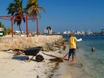 El trabajador quita la playa fotos de archivo libres de regalías