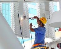 El trabajador realiza la operación de la soldadura Fotos de archivo