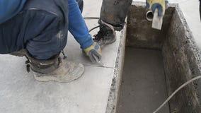 El trabajador sopla el polvo almacen de metraje de vídeo