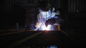 El trabajador suelda con autógena las barras de acero en la fabricación almacen de metraje de vídeo