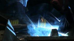 El trabajador suelda con autógena un hierro almacen de video