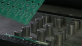 El trabajador toma a demostraciones la hoja verde con los microprocesadores almacen de metraje de vídeo