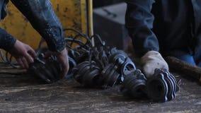 El trabajador toma los productos de la producción del metal Fábricas rusas metrajes