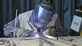 El trabajador utiliza el dispositivo de la soldadura oxiacetilénica para los detalles del metal metrajes