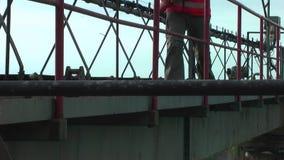 El trabajador va en la construcción metálica almacen de metraje de vídeo
